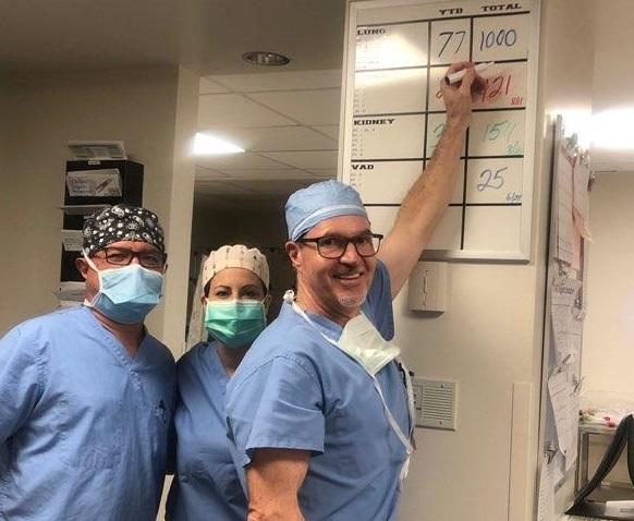 surgeons writing 1,000 on whiteboard